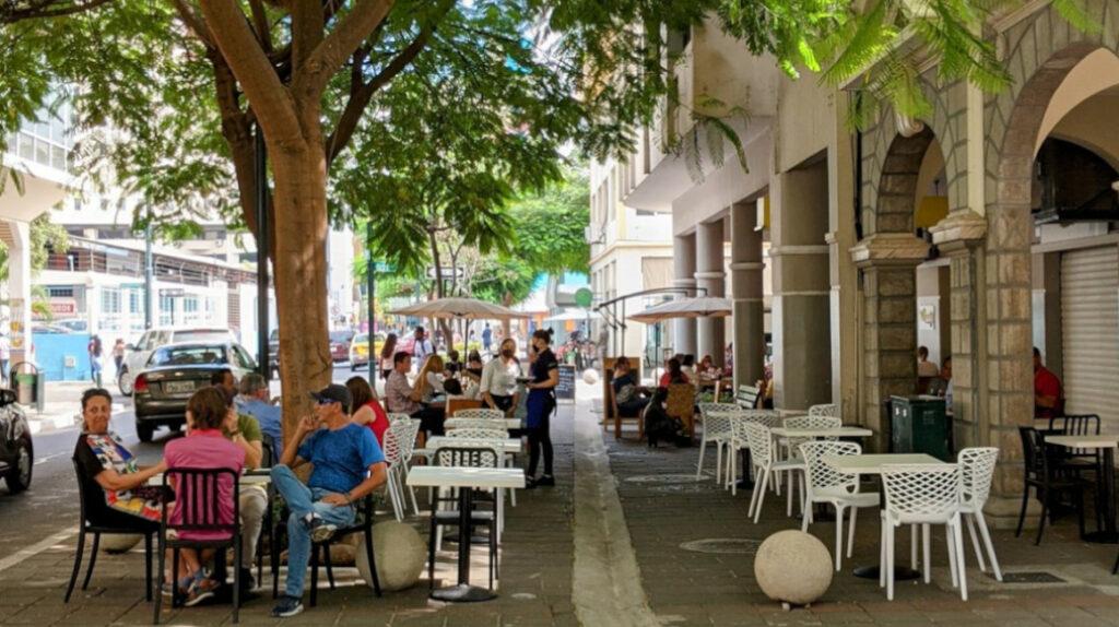 El centro de Guayaquil cobra vida al 'vapor' de las cocinas