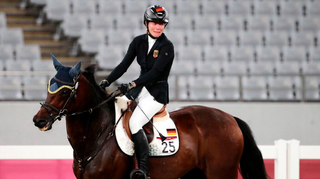 Entrenadora alemana fue descalificada de pentatlón por pegar a su caballo