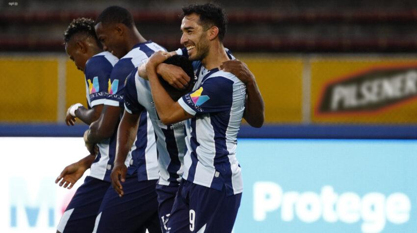 Lisandro Alzugaray se abraza con José Carabalí, los dos protagonistas de los goles de la Universidad Católica, en la victoria ante Liga de Quito, por la LigaPro, el sábado 7 de agosto de 2021.