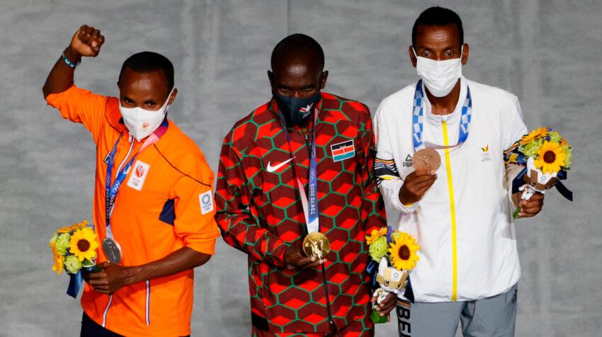 Los ganadores de la maratón masculina recibieron sus medallas durante la ceremonia de Clausura.