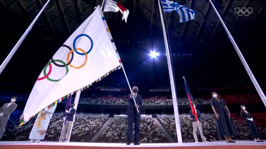 Thomas Bach ondea la bandera olímpica en la ceremonia de Clausura.