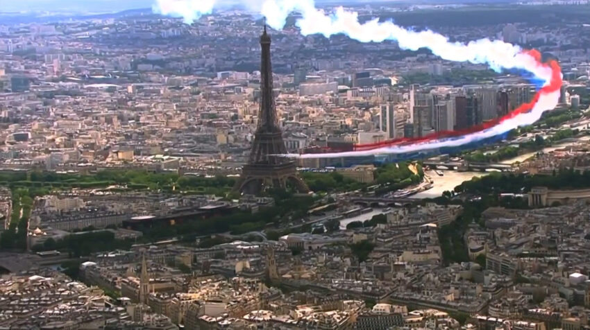 Aviones pintan la bandera francesa en el cielo de París.
