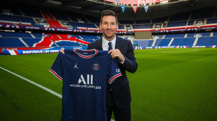 Lionel Messi posa con la camiseta del PSG, en el Parque de los Príncipes, el martes 10 de agosto de 2021.