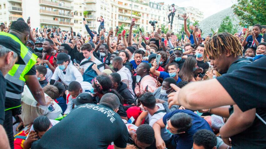 Aficionados del PSG tumban uno de los cercos de seguridad en las afueras del estadio.