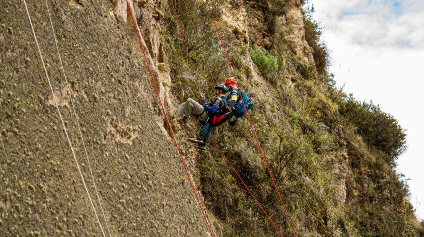Dos participantes del Huairasinchi realizan la escalada con cuerdas fijas durante la competencia.
