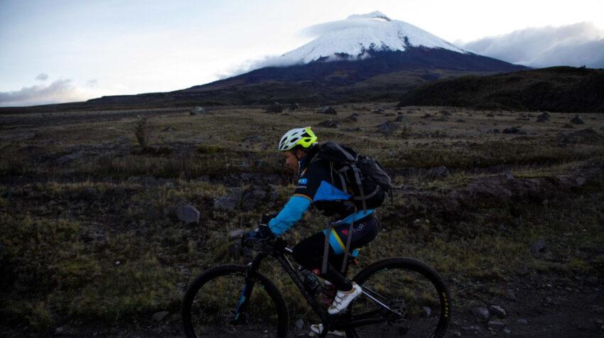 Una competidora realiza la prueba de ciclismo, que es parte de las disciplinas del Huairasinchi.