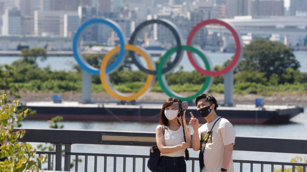Tokio retira los anillos olímpicos gigantes de la ciudad