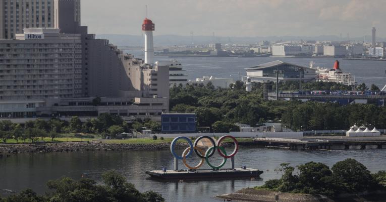 Una plataforma sostiene los anillos olímpicos en la bahía de la ciudad de Tokio.