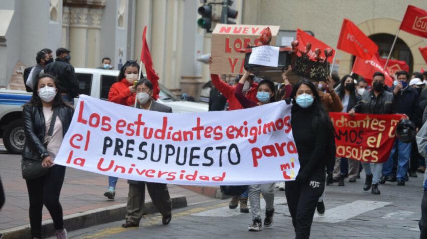 Maestros y trabajadores en la marcha de protesta contra el gobierno nacional, el 11 de agosto, en Cuenca.