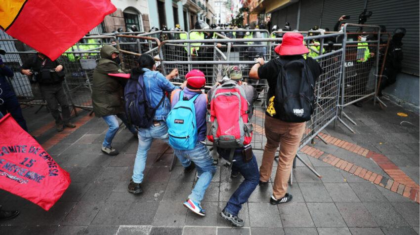 Policías cierran el paso a un grupo de manifestantes, en Quito, el 11 de agosto de 2021.