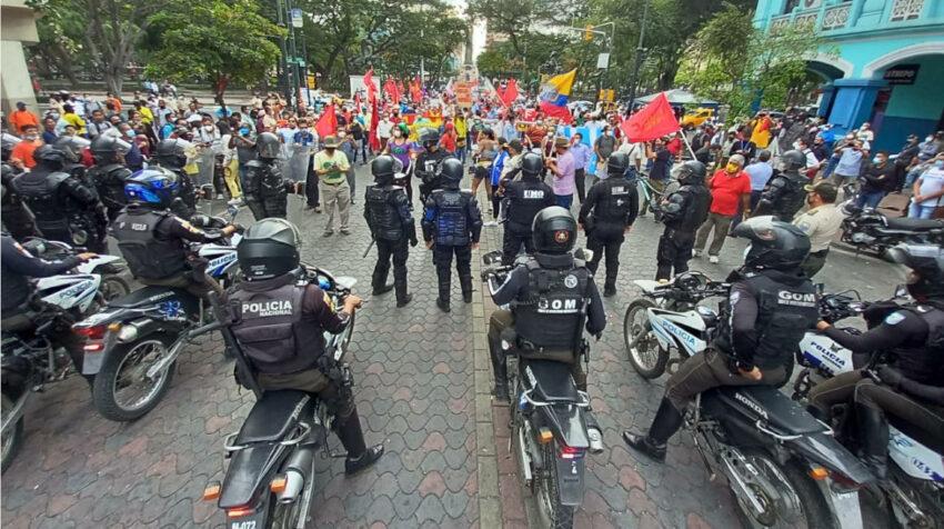 El Frente Unitario de Trabajadores y la Unión Nacional de Educadores realizaron una marcha en el centro de Guayaquil como medida de protesta al incremento del combustible, el 11 de agosto de 2021.