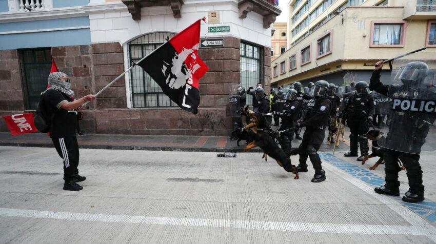 Policías con canes se enfrentan con manifestantes durante la protesta del 11 de agosto de 2021, en Quito.