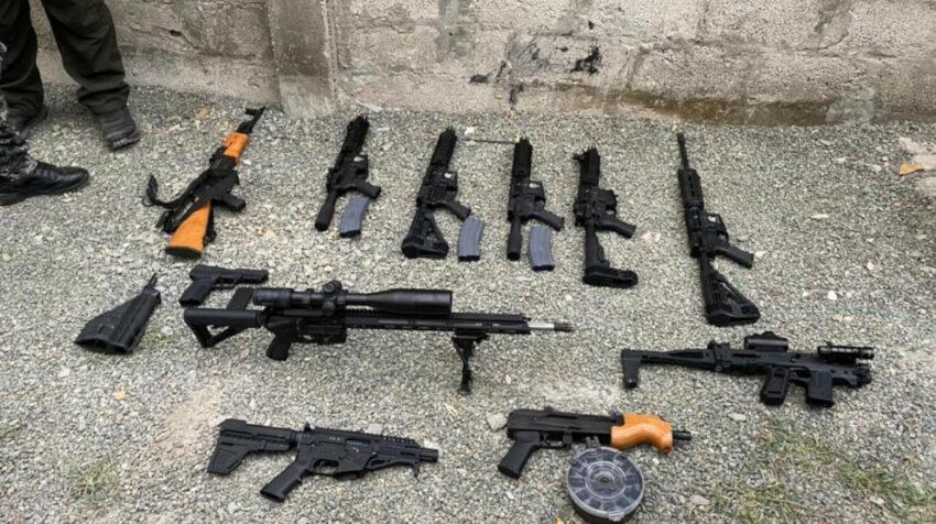 Al menos 10 fusiles de largo alcance fueron hallados en una vivienda en Guayaquil, el 13 de agosto de 2021.