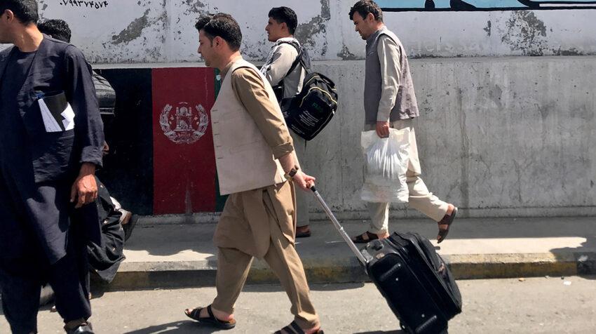 Varios afganos van al aeropuerto de Kabul, Afganistán este 15 agosto 2021.