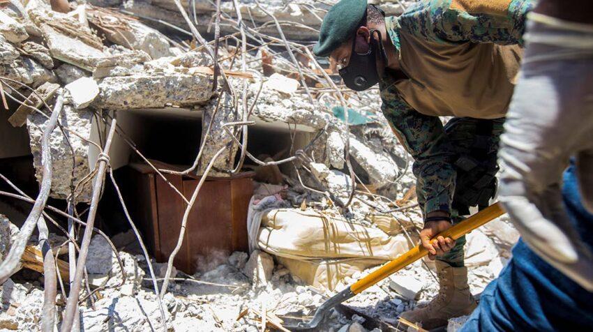 Un soldado limpia escombros de una casa este 15 de agosto de 2021, un día después del terremoto de en Haití.