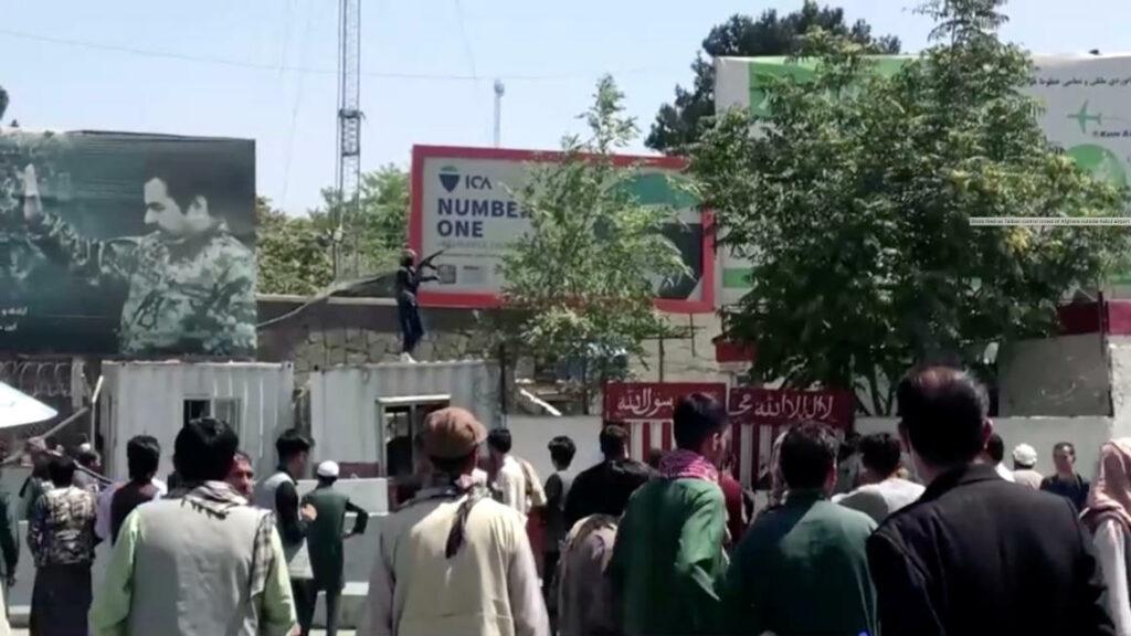 Afganistán: Caos en aeropuerto de Kabul estanca evacuaciones