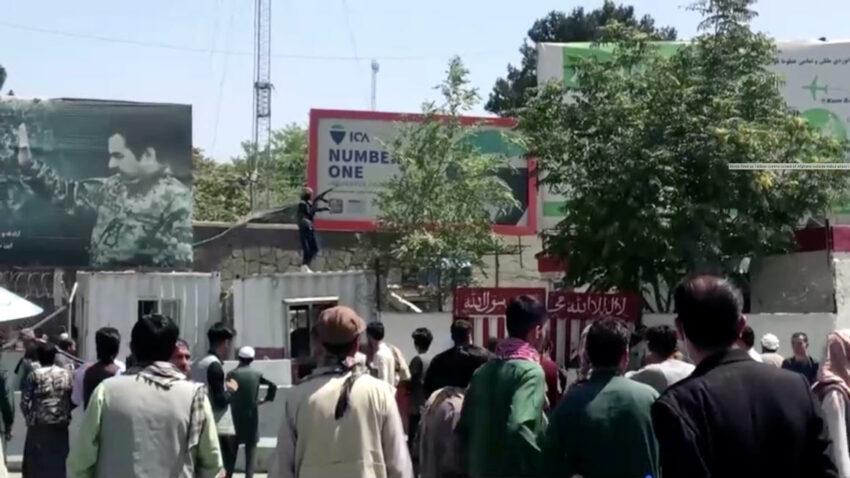Un combatiente talibán sostiene un arma mientras está de pie en un edificio en las afueras del aeropuerto de Kabul. Afganistán, 16 de agosto de 2021, en esta imagen fija tomada de un video.