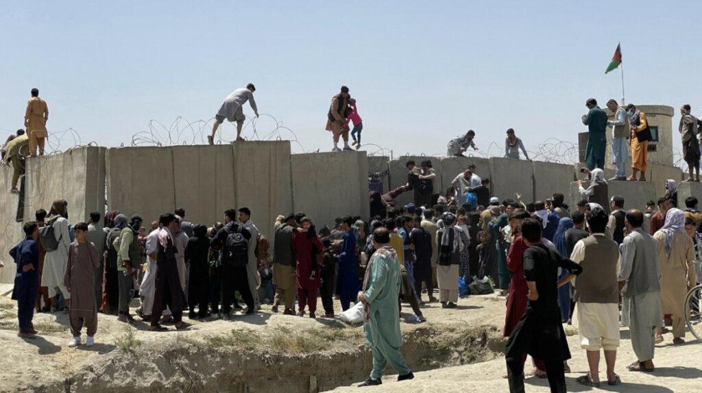 Estados Unidos pide a sus ciudadanos alejarse del aeropuerto de Kabul