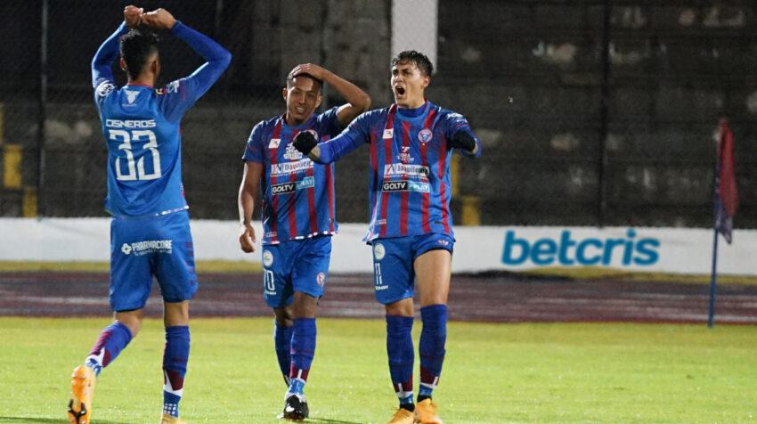 Los jugadores de Olmedo festejan un gol ante 9 de Octubre, por la LigaPro, el 16 de agosto de 2021, en  Riobamba.