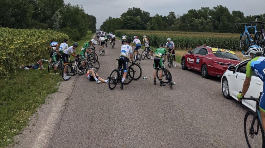 El ecuatoriano Jordan Rodríguez tirado a la izquierda, después de la caída este martes 17 de agosto de 2021 en el Tour de l'Avenir.
