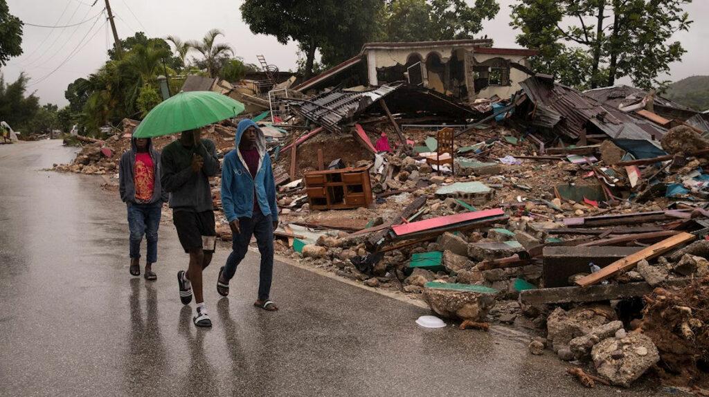 Sobrevivientes del terremoto de Haítí piden comida y ayuda médica