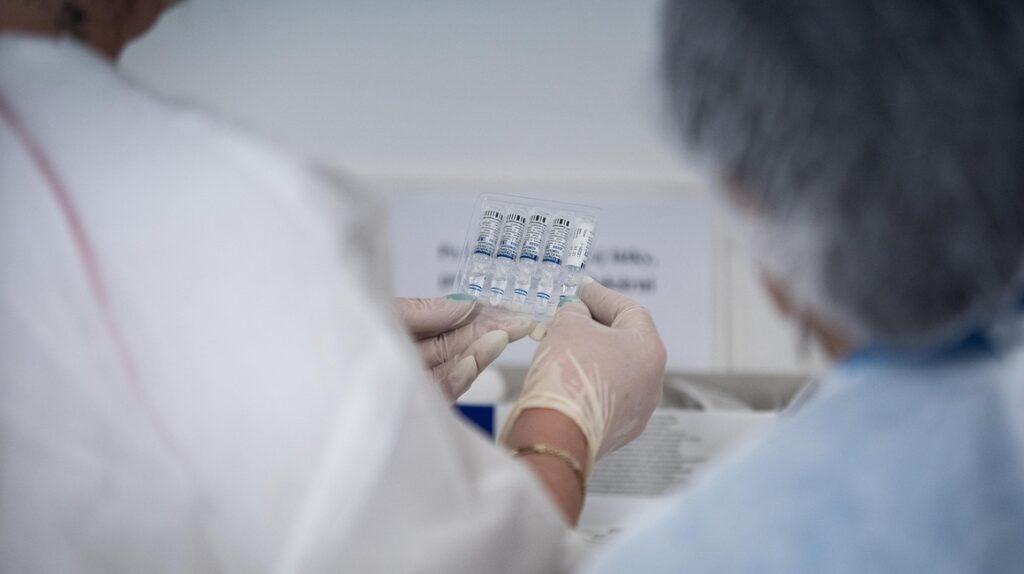 Combinación de vacunas, una práctica que divide a los científicos