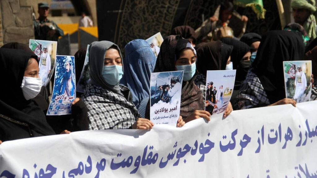 """""""Los tiempos cambiaron"""": mujeres afganas desafían a los talibanes"""