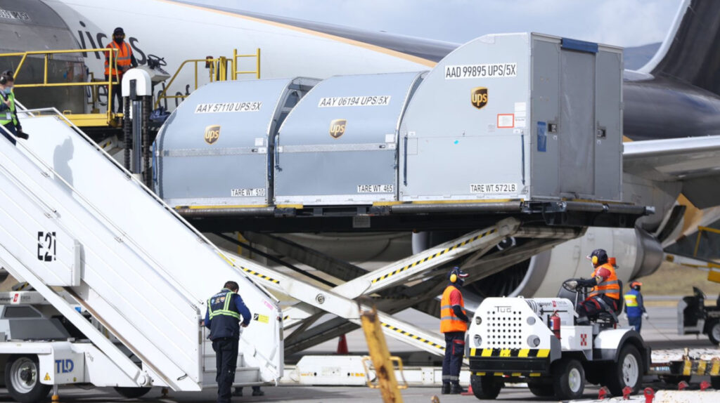 Nuevo cargamento con 193.050 dosis de Pfizer llega a Ecuador