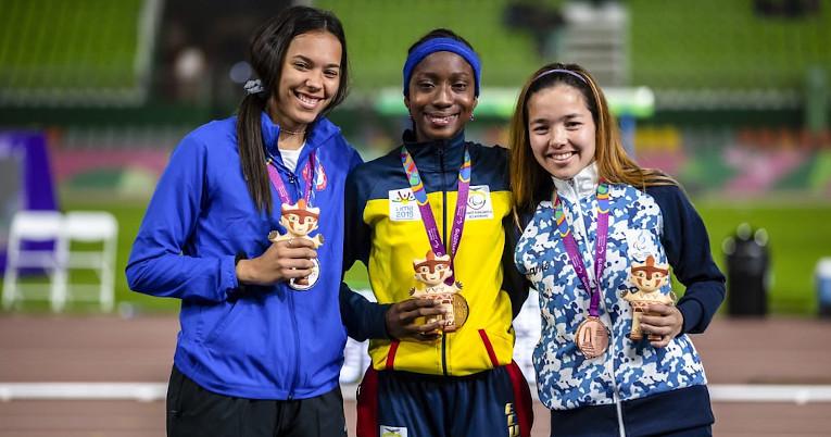La ecuatoriana Kiara Rodríguez (centro) con su medalla de campeona en Lima 2019.