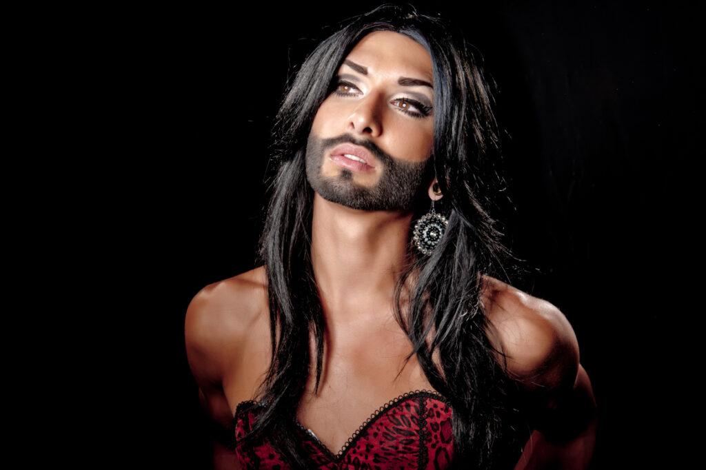 A un pelín de la libertad: tenemos bigotes y qué, gritan las mujeres