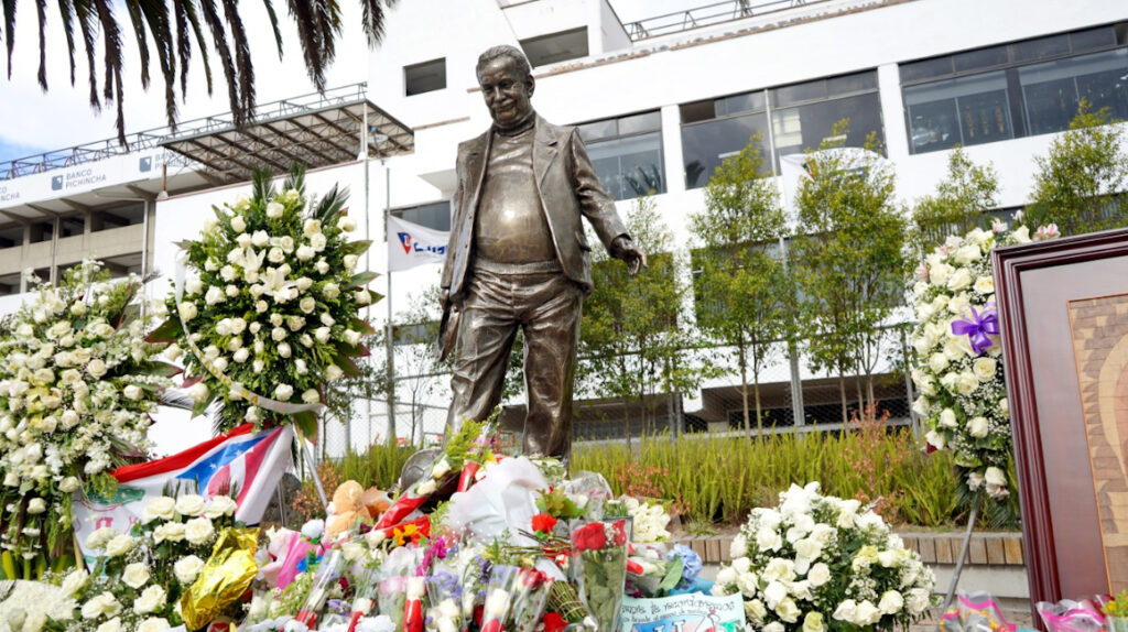 Liga y sus hinchas rinden homenaje a Rodrigo Paz Delgado en su estadio