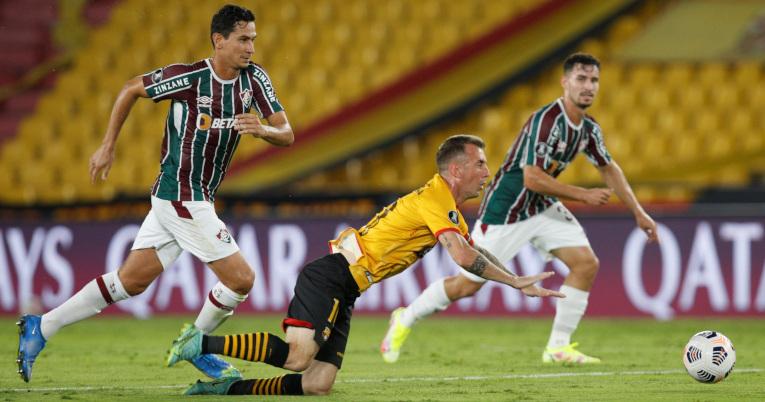 Damián Díaz se cae tras disputar una pelota, en el partido ante Fluminense por Copa Libertadores, el jueves 19 de agosto de 2021.