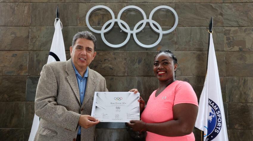 Rosa Tenorio recibe su diploma olímpico por parte de Augusto Morán, presidente del COE, el 19 de agosto de 2021.