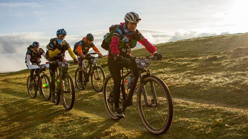 Los integrantes del Movistar Aventura Team montan bicicleta en el Huairasinchi en 2020.