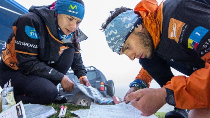 Felipe Munchmeyer y Victoria Calisto, integrantes del Movistar Aventura Team, revisan el recorrido del Huairasinchi 2020.