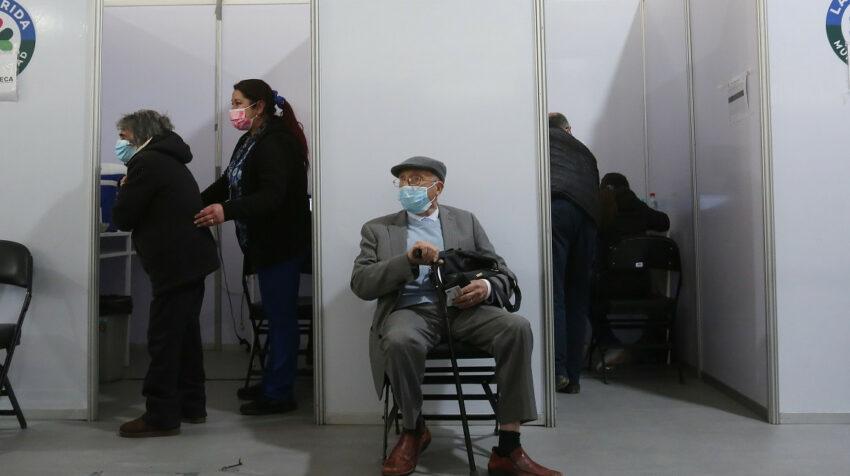 Chile inició con la aplicación de la tercera dosis contra el Covid-19 a los adultos mayores, el 12 de agosto de 2021.