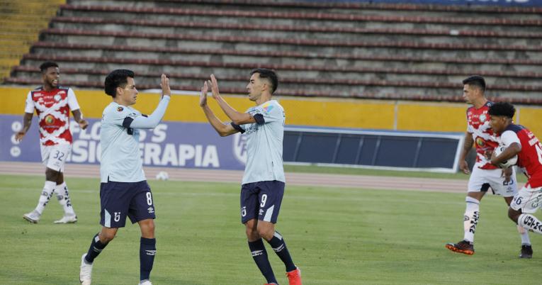 Diego Armas y Lizandro Alzugaray celebran el 1-0 a favor de U. Católica.