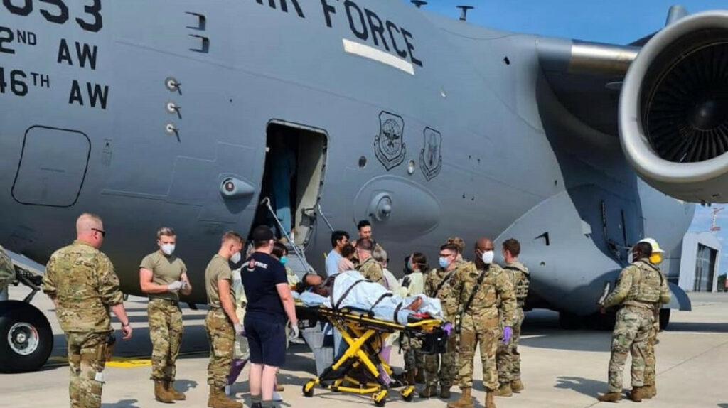 Una mujer afgana evacuada da a luz en un avión militar de Estados Unidos