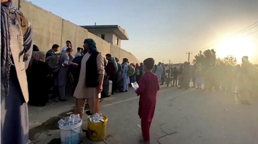 Afganistán: talibanes disparan al aire para controlar a la multitud en aeropuerto