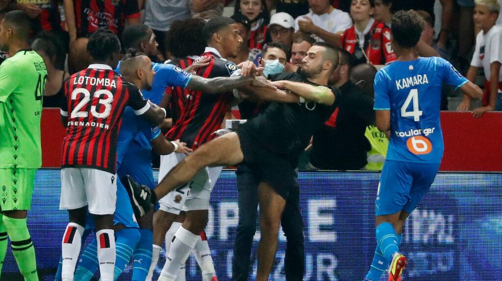 Hinchas del Niza saltan al campo para agredir a los jugadores del Marsella