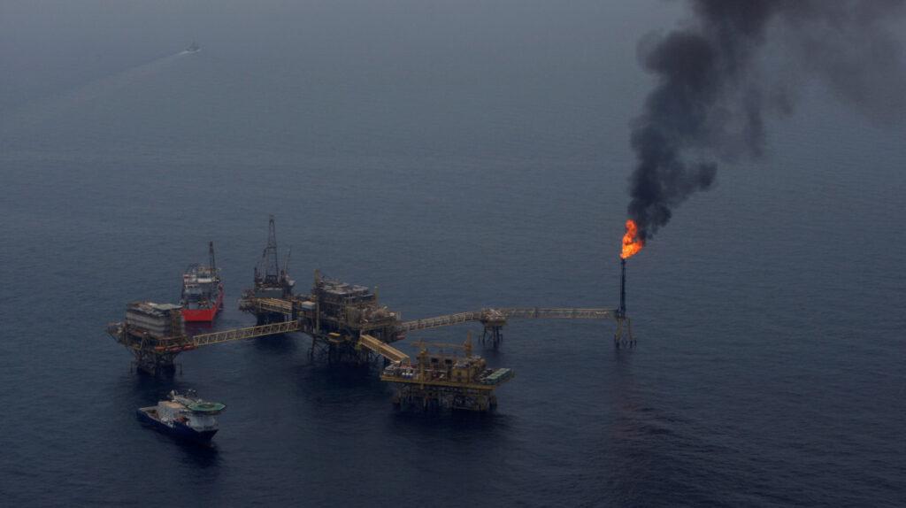 Incendio en plataforma marina de Pemex afecta a la producción de crudo de México