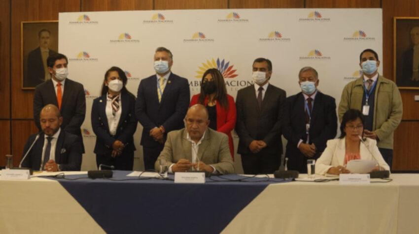 Guillermo Herrera, presidente de la ID (centro), en rueda de prensa por las denuncias contra Bella Jiménez, este 23 de agosto de 2021.