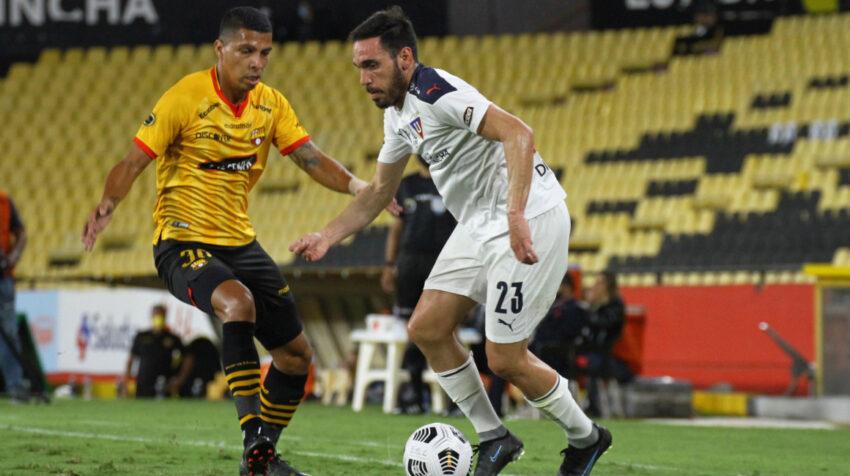 Matías Zunino, de Liga de Quito, maneja una pelota ante la marca de Luis León, de Barcelona, el lunes 23 de agosto de 2021, en el estadio Banco Pichincha.