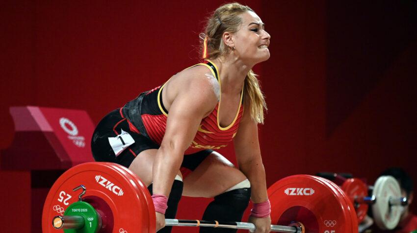La española Lydia Valentín levanta una barra en los Juegos de Tokio, el 2 de agosto de 2021.