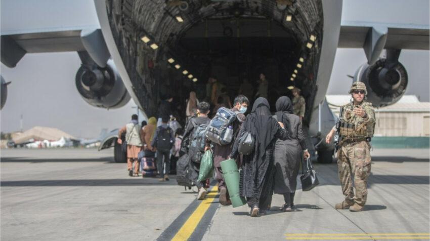 Familias afganas son evacuadas de Kabul por los militares estadounidenses, el 23 de agosto de 2021.