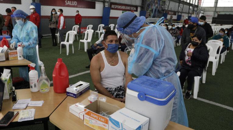 Un trabajador de la empresa Adelca recibe la vacuna contra el Covid-19, el 30 de agosto de 2021.