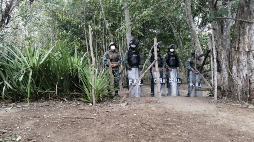 Miembros de las Fuerzas Armadas custodian los accesos al cerro de Montecristi, en Manabí.