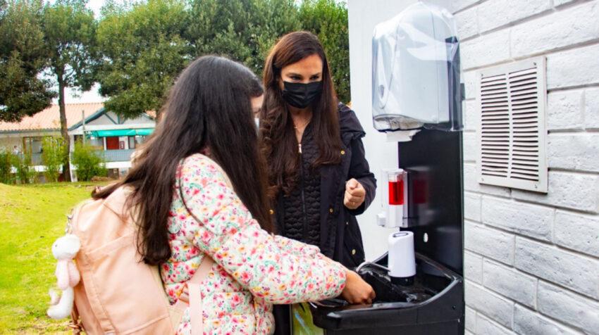 Una estudiante del colegio Británico Internacional se lava las manos, el 30 de agosto de 2021.