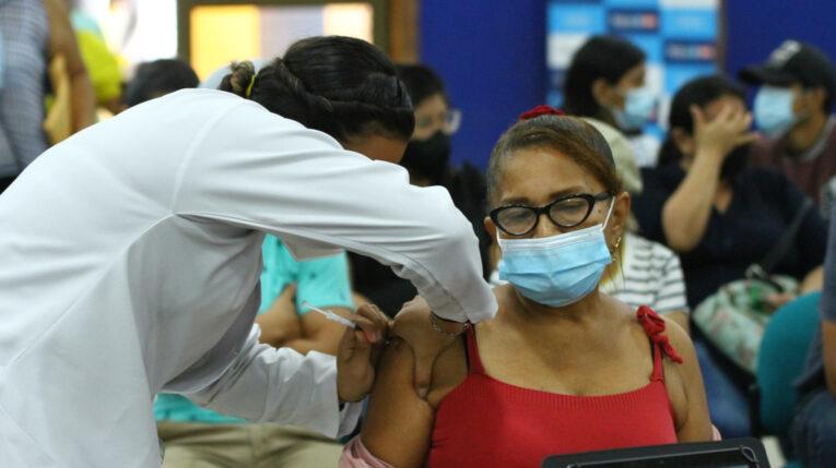 Una mujer recibe la vacuna contra el Covid-19, el 19 de agosto de 2021, en Guayaquil.