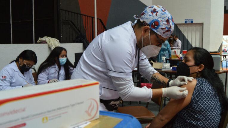 Una mujer recibe la vacuna contra el Covid-19, el 24 de agosto de 2021, en Cuenca